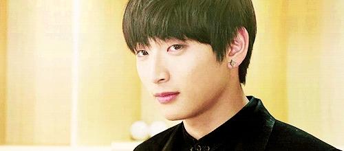 Thêm một thành viên nữa của 2AM lọt vào danh sách trầm cảm. Đó là khoảng thời gian sau thành công từ tour diễn tại Mỹ vào năm 2010, thành viên 2AM Jinwoon bất ngờ thông báo đang bị trầm cảm. Thậm chí, anh còn không thể ngủ và làm những hoạt động bình thường vào khoảng thời gian đó.