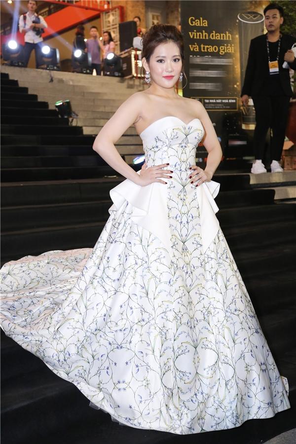 Milan Phạmxuất hiện nổi bật với chiếc váy cúp ngực gởi cảm màu trắng. Người đẹp như một nàng công chúa bước ra từ cổ tích. - Tin sao Viet - Tin tuc sao Viet - Scandal sao Viet - Tin tuc cua Sao - Tin cua Sao