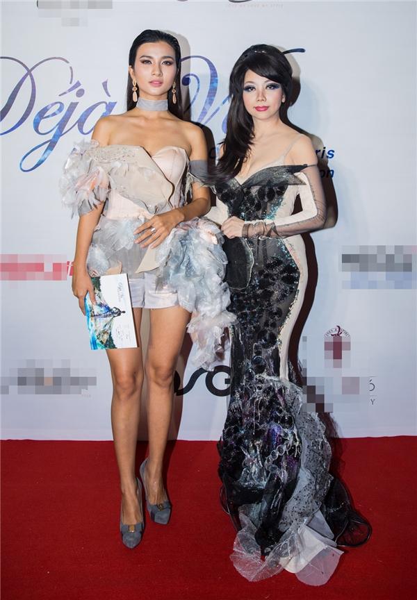 Diễn viên Kim Tuyến chụp ảnh lưu niệm cùng nhà thiết kế Quỳnh Paris trên thảm đỏ.