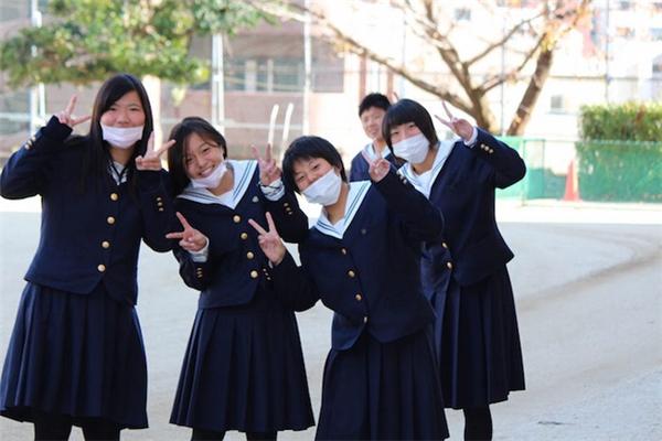 Giới trẻ Nhật sử dụng khẩu trang để hạn chế việc giao tiếp.