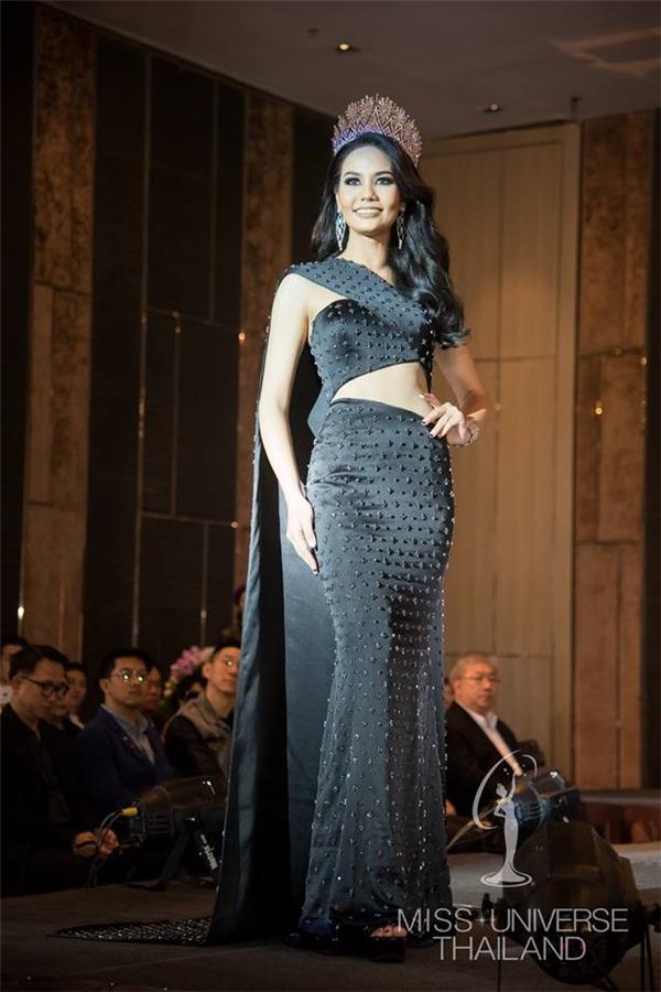 Trong số các ứng cử viên của khu vực châu Á, Hoa hậu Hoàn vũ Thái Lan Chalita Suansane được đánh giá rất cao, khiến các đối thủ còn lại phài dè chừng. Cô gái này 22 tuổi, sở hữu thân hình đồng hồ cát gợi cảm nhưng chỉ cao 1m69.