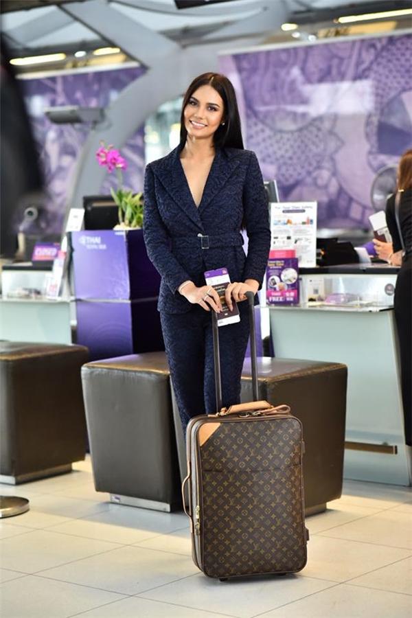 Trong chuyến hành trình đến Manila, Philippines, cô mang theo 17 vali với cân nặng tổng cộng lên đến 300kg.