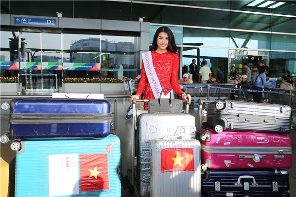 Đại diện Việt Nam Lệ Hằng cũng mang theo 12 vali với khối lượng lên đến hơn 200kg.