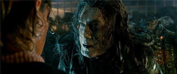 Dead Men Tell No Tales hướng đến tái hiện hình ảnh Thuyền trưởng Jack Sparrow (Johnny Depp) đối mặt với binh đoàn cướp biển ma do Thuyền trưởng Salazar (Javier Bardem) - một kẻ mới trốn thoát khỏi sự giam cầm bên trong vùng Tam giác Quỷ chỉ huy, có âm mưu thôn tính toàn bộ đại dương.