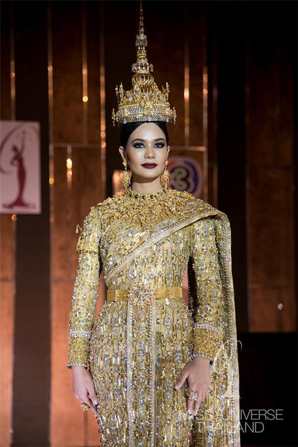 Đại diện Thái Lan Chalita Suansane mang đến cuộc thi bộ trang phục truyền thống được thực hiện từ vàng và kim cương, có độ bắt sáng rất cao trên sân khấu. Để vận chuyển sang Philippines, thiết kế này phải được cho vào rương sắt, khóa cẩn thận. Năm 2015, đại diện xứ sở chùa vàng Aniporn Chalermburanawong dừng chân top 10 chung cuộc và giành giải phụ Trang phục Truyền thống đẹp nhất với ý tưởng từ xe Tuk Tuk.