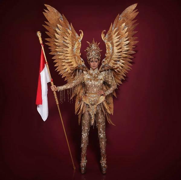 Trang phục truyền thống của Hoa hậu Indonesia cũng lấy sắc vàng làm chủ đạo với ý tưởng từ chim đại bàng dũng mãnh, mạnh mẽ.