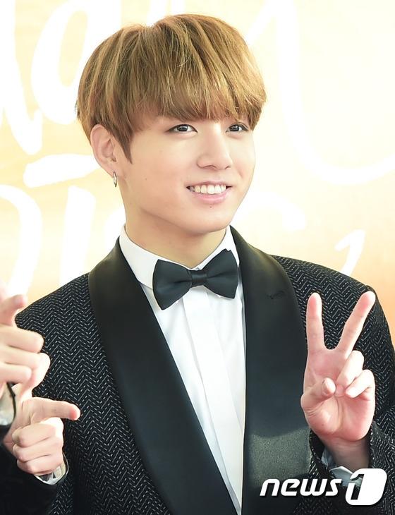 BTS tạo dáng đáng yêu trên thảm đỏ. Đây là đối thủ đáng gờm của EXO trong lễ trao giải năm nay.