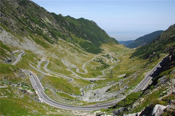 Bạn sẽ bị thu hút bởi cảnh đẹp xung quanh con đường này nếu có dịp đến đây.Transfăgărășan là con đường nằm ở dãy núi Carpathian và đi qua dãy núi Fagras, nằm ở độ cao 2.034m so với mực nước biển.