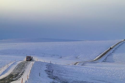 Cao tốc Dalton được mệnh danh là con đường bị cô lập nhất thế giới với chiều dài 666m nhưng bao phủ xung quanh con đường thì chỉ có một màu trắng xoá của tuyết và khi đi ngang qua thì chỉ có 3 ngôi làng xuất hiện trên con đường này.