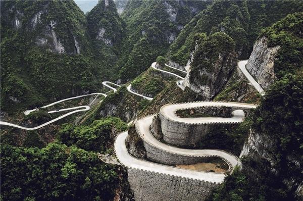 Đường Thiên Môn Sơn khiến nhiều bác tàiphải run tay khi đi qua con đường dài 10km và có 99 lượt dốc này đấy.