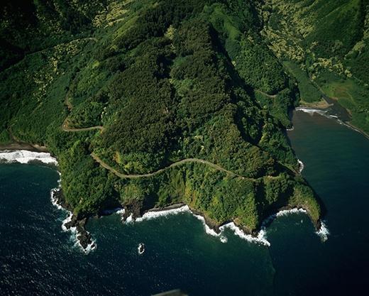Nếu có dịp đến Hawaii thì bạn hãy thử ghé qua cung đường dài 112km nối giữa Kahului và Hana trên ngọn núi Maui, Hawai nhé. Con đường này vô cùng hẹp kết nối 56 cây cầu, trong đó có 46 cây cầu là đường một chiều đấy.