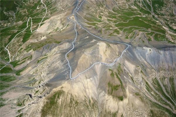 Bất cứ tay lái nào đi qua con đường núi Col de la Bonette - nằm sát biên giới nước Ý trên dãy Apls của Phápnày cũng đều sẽ phải sởn gai ốc vì độ cao 2000m của nó đấy