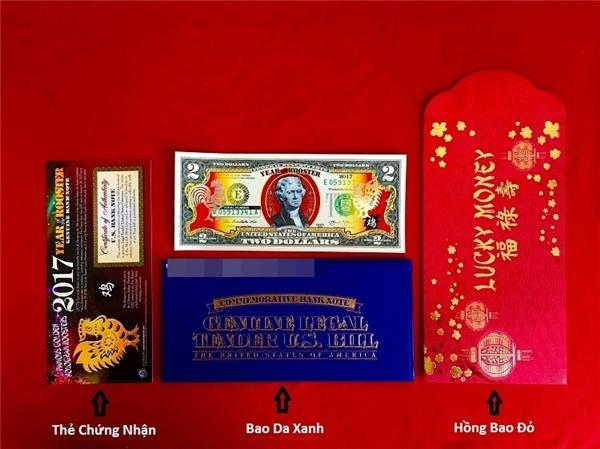 Một bộ tiền 2 đô in hình gà bao gồm tờ tiền in hình gà, giấy chứng nhận, bao da, phong bì đỏ. (Ảnh: Internet)
