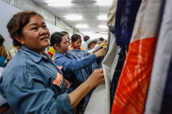 Các nữ công nhân vui vẻ lựa quần áo.(Ảnh: T.N)