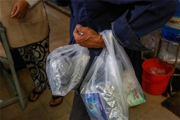 Ai cũng cố gắng mua thêm vài thứ mang về cho gia đình ăn Tết.(Ảnh: T.N)