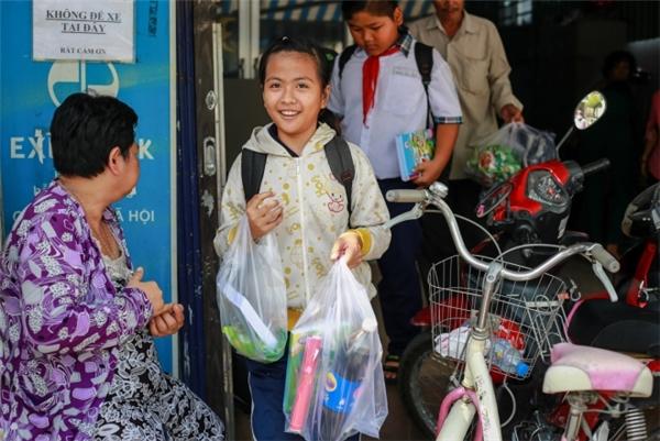 Sự vui tươi của em học sinh khi được mua vở mới.(Ảnh: T.N)