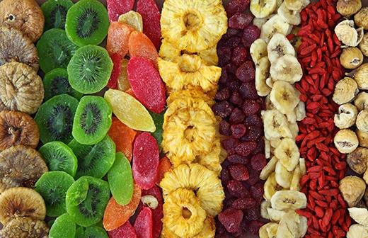 Các loại hoa quả sấy như khoai lang, đậu bắp, mít sấy… có nhiều chất xơ và các chất chống oxy hóa nên bạn có thể ăn thoải mái để không phải lo tăng cân dịp Tết.
