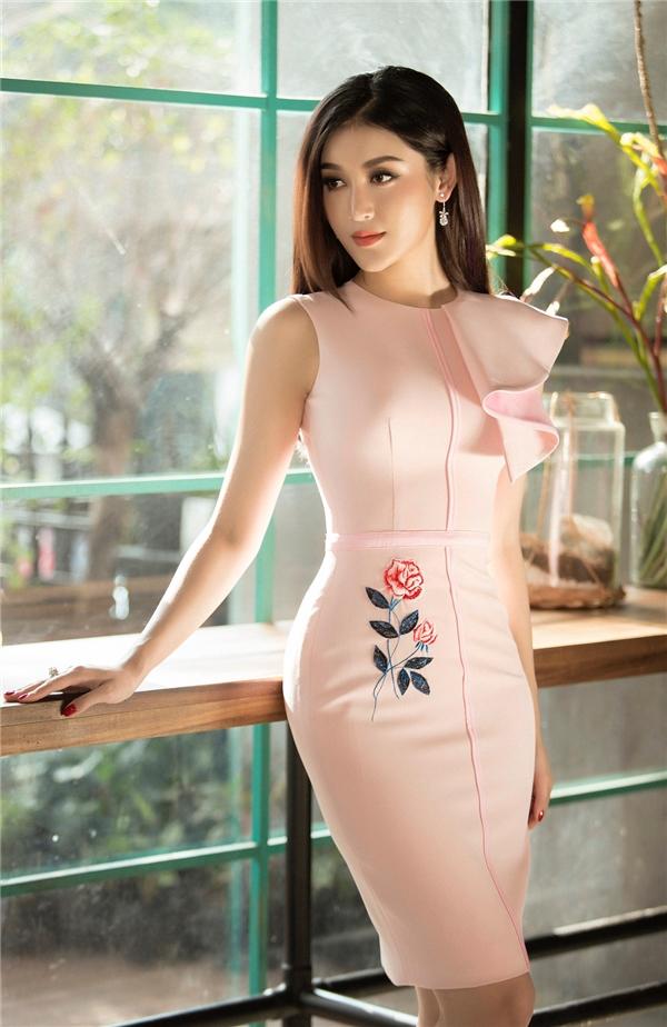 Huyền My mang cả mùa xuân lên váy áo với họa tiết hoa lá