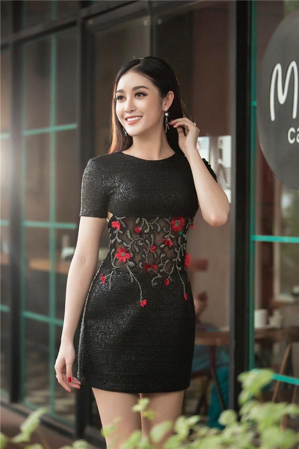 Công thức kết hợp kinh điển giữa sắc đen cùng tông đỏ nhưng vô cùng thông minh, độc đáo khi sử dụng chất liệu vải có độ óng ánh vừa phải, dễ ứng dụng vào đời thật.