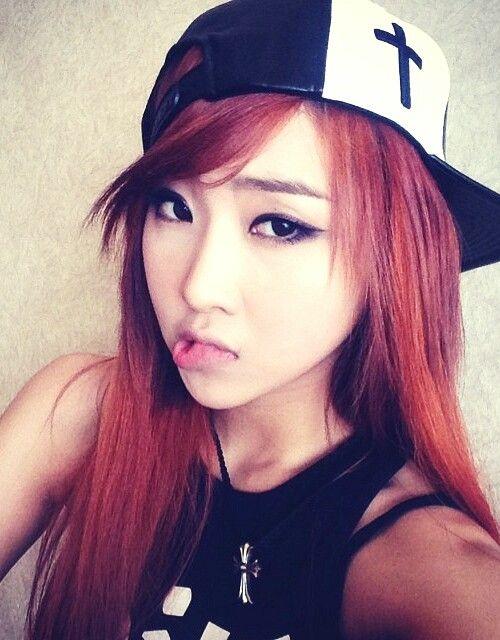 Thành viên Gong Min Zi của 2Ne1 nổi tiếng là hát hay, nhảy đẹp, rap giỏi nhưng vì chưa gặp được thiên thời, địa lợi, nhân hoà nên vẫn còn là một ngôi sao chưa lấp lánh.