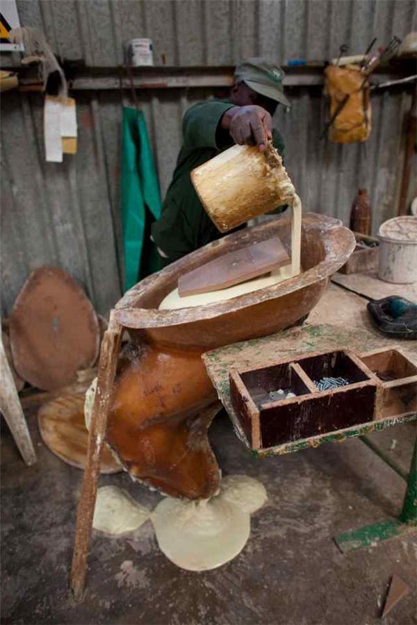 Các khuôn mẫu sau đó sẽ được đổ đầy bằng một loại bọt xốp lỏng dày, được dùng để nhồi các con vật.