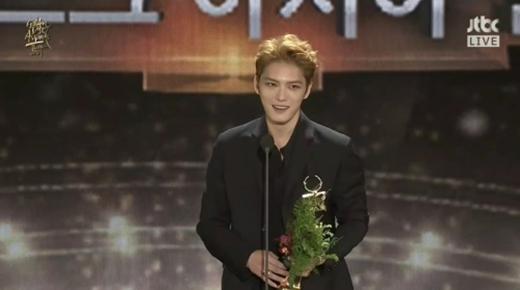 Jaejoong liên tục cảm ơn fan vì đã giúp anh chàng có được giải thưởng ý nghĩa này.