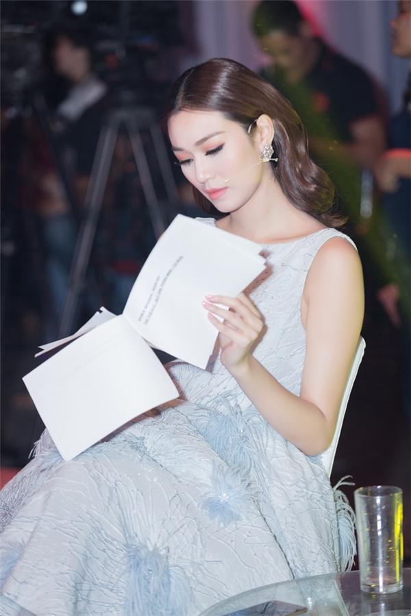 Trong 1/2017, bộ phim Tình xuyên biên giới do cô đóng cùng tài tử Mã Đức Chung sẽ được trình chiếu tại Việt Nam, nữ diễn viên cho biết mình đang rất nóng lòng chờ đón sự kiện trọng đại này. - Tin sao Viet - Tin tuc sao Viet - Scandal sao Viet - Tin tuc cua Sao - Tin cua Sao