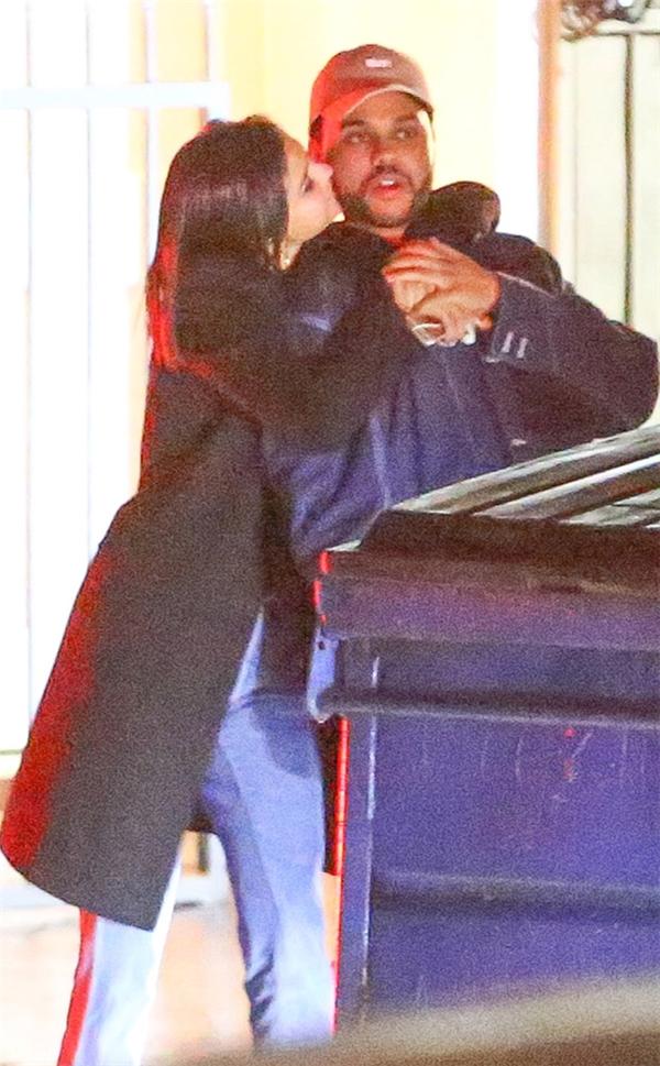 Selena Gomez và Bella Hadid đua nhau khoe ảnh nóng giành The Weeknd?