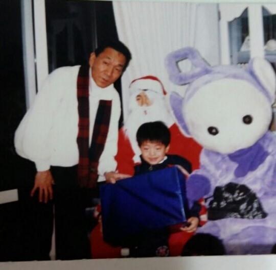 Khác với hình ảnh săn chắc hiện tại, Nam Joo Hyuk từng là một cậu bé rất mũm mĩm với đôi gò má phúng phính đáng yêu và đôi mắt một mí đặc trưng