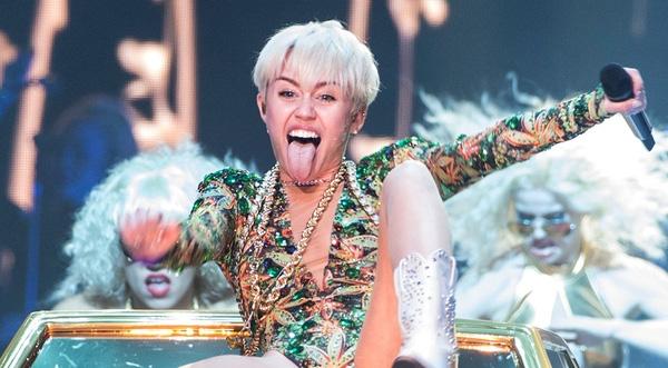 Quay lại với Liam, Miley từ nổi loạn lột xác thành bánh bèo chính hiệu