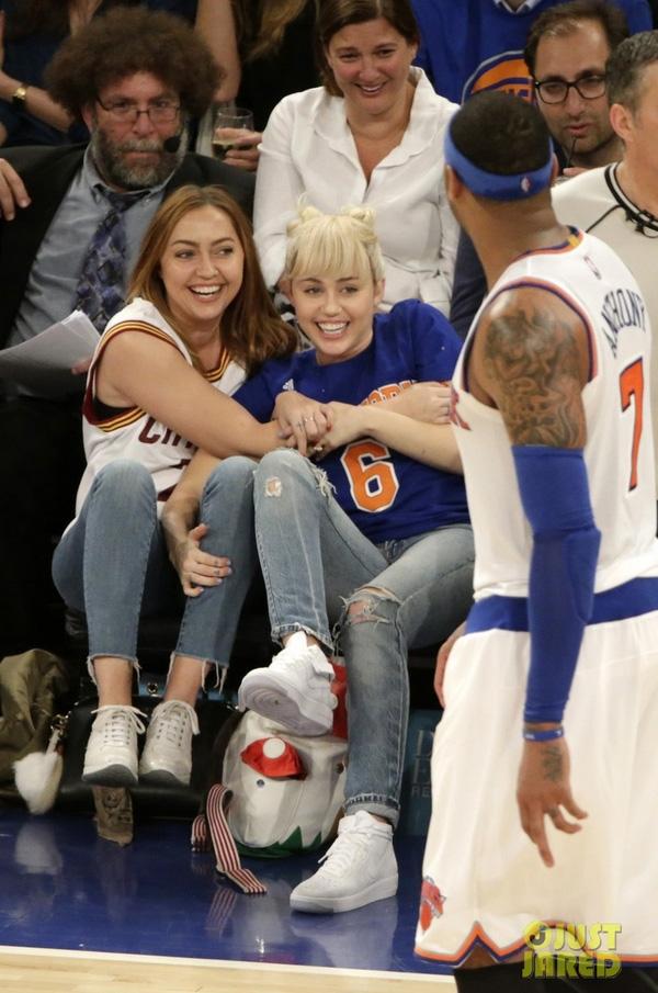 Tóc búi củ tỏi hai bên cực đáng yêu khi đi xem một trận bóng rổ.