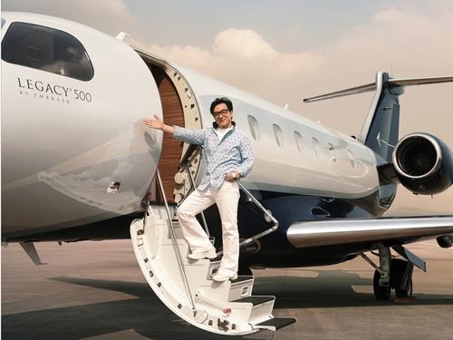 Tự tin khoe bộ siêu tập xe hơi, máy bay riêng.