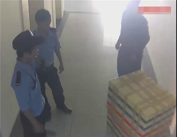 Hình ảnh nghi phạm thản nhiên ôm thùng xốp đi lại nhiều lần trong chung cư. Được biết lúc này nghi phạm đang cố di dời xác nạn nhân để phi tang.(Ảnh: Internet)