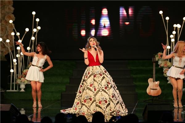 Xuyên suốt chương trình, Mỹ Tâm biểu diễn hơn 20 ca khúc, phần lớn là những tác phẩm nằm trong show mừng sinh nhật vào đầu năm 2016. - Tin sao Viet - Tin tuc sao Viet - Scandal sao Viet - Tin tuc cua Sao - Tin cua Sao