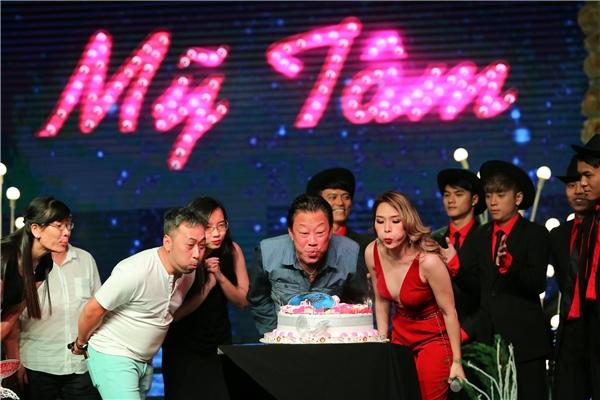 Trong đêm nhạc 14/1, Mỹ Tâm đã bất ngờ khi được những người bạn gồm nhạc sĩ Lê Quang, đạo diễn Nguyễn Quang Dũng, nhóm nhảy,... tổ chức tiệc mừng sinh nhật ngay trên sân khấu. - Tin sao Viet - Tin tuc sao Viet - Scandal sao Viet - Tin tuc cua Sao - Tin cua Sao