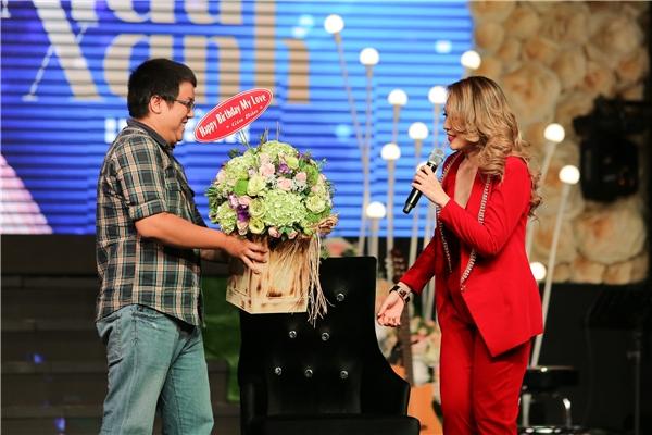 Ngoài ra, Mỹ Tâmcũng bày tỏ sự xúc động khi diễn viên Gia Bảo, cũng là người bạn thân thiết nhất của côđến xem và tặng hoa. - Tin sao Viet - Tin tuc sao Viet - Scandal sao Viet - Tin tuc cua Sao - Tin cua Sao