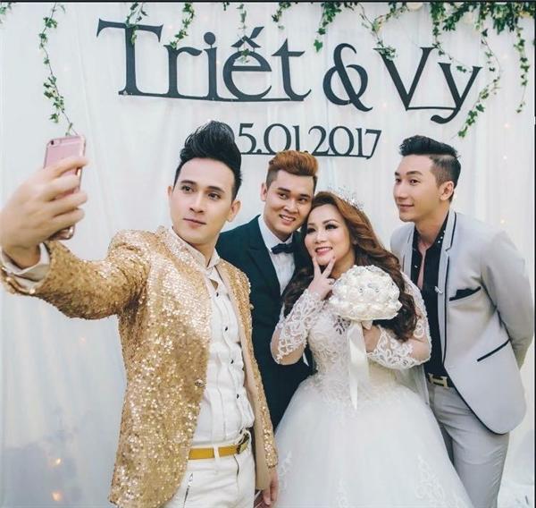 Nguyên Vũ cùng bạn thân Nam Phong chụp ảnh cùng cô dâu, chú rể trước khi ra về. - Tin sao Viet - Tin tuc sao Viet - Scandal sao Viet - Tin tuc cua Sao - Tin cua Sao