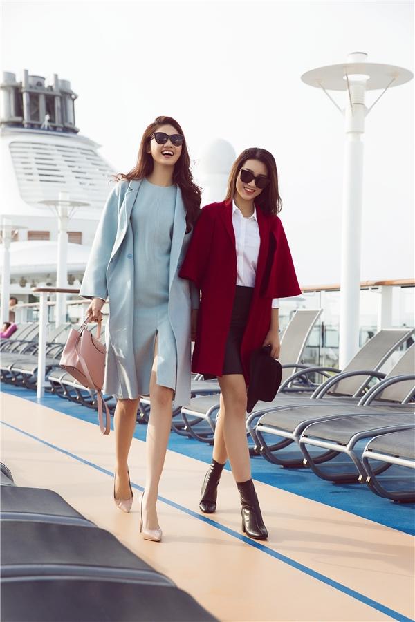 """Trong những ngày cuối năm, Hoa hậu Đỗ Mỹ Linh đã có cơ hội cùng Á Hậu Thanh Tú trải nghiệm trên du thuyền triệu đô """"lạc trôi"""" trên biển lênh đênh, ngắm những thắng cảnh tuyệt vời của đất nước."""