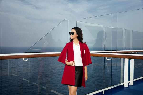 Đỗ Mỹ Linh khoe dáng ngọt, đón nắng rực rỡ trên du thuyền triệu đô
