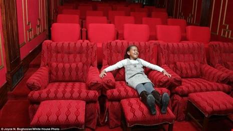 Sasha thích thú khi ở bên trong phòng chiếu phim của Nhà Trắng.