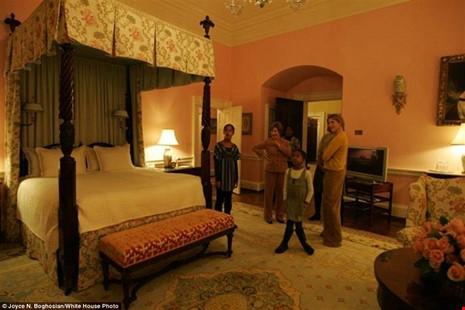 Hai tiểu thư nhà Obama tham quan phòng ngủ trong Nhà Trắng