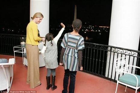 Cô Jenna dẫn hai cô bé đi dạo quanh Nhà Trắng.
