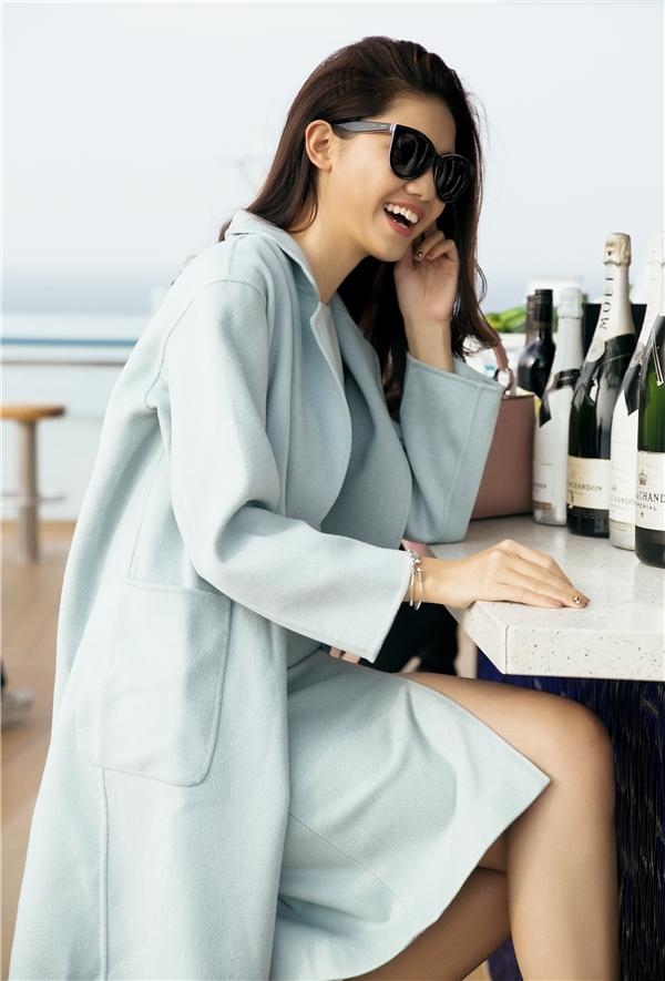 ...thì Á hậuThanh Tú lại lựa chọn chiếc áo khoác màu xanh nhạt pastel càng làm nổi bật vẻ tươi tắn của cô giữa biển và gió cùng nắng ban mai.