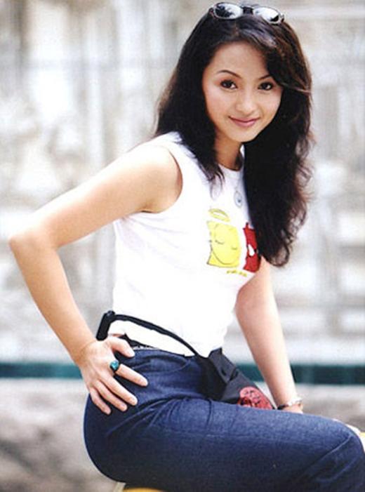 Sinh ra trong một gia đình khá giả, Lưu Đan đã từng tốt nghiệp Học viện nghệ thuật Trung Quốc và tham gia một số phim như Tây Du Ký, Tể tướng Lưu gù,.. và nổi bật nhất chính là vai Hương phi trong phim Hoàn châu Cách Cách.