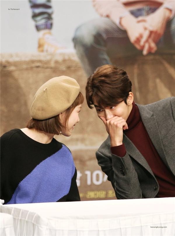 Ngoài đời, Nam Joo Hyuk và Lee Sung Kyung cũng vô cùng thân thiết và không ngại công khai thể hiện trước đối phương và mọi người.