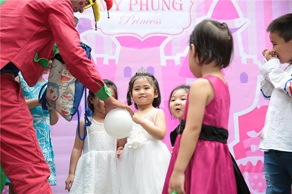 Tại buổi tiệc sinh nhật, bé Múi cùng các bạn mình đã cùng nhau tham gia các trò chơi do chú hề đặt ra và có những khoảnh khắc đáng nhớ. - Tin sao Viet - Tin tuc sao Viet - Scandal sao Viet - Tin tuc cua Sao - Tin cua Sao