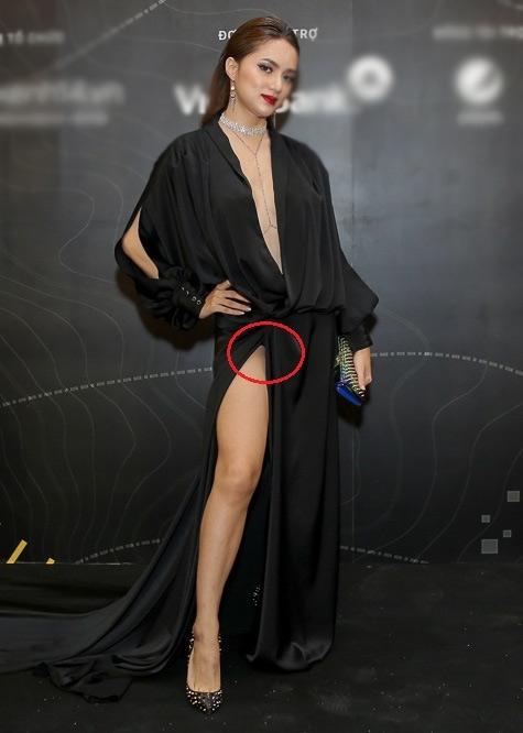 Cùng tham gia đêm tiệc này, Hương Giang Idol cũng là một trong những nhân tố đáng chú ý với chiếc váy lụa xẻ ngực, xẻ tà hết cỡ. Việc cố tình khoe đôi chân lại khiến cô nàng hớ hênh và bị soi để lộ vùng nhạy cảm.