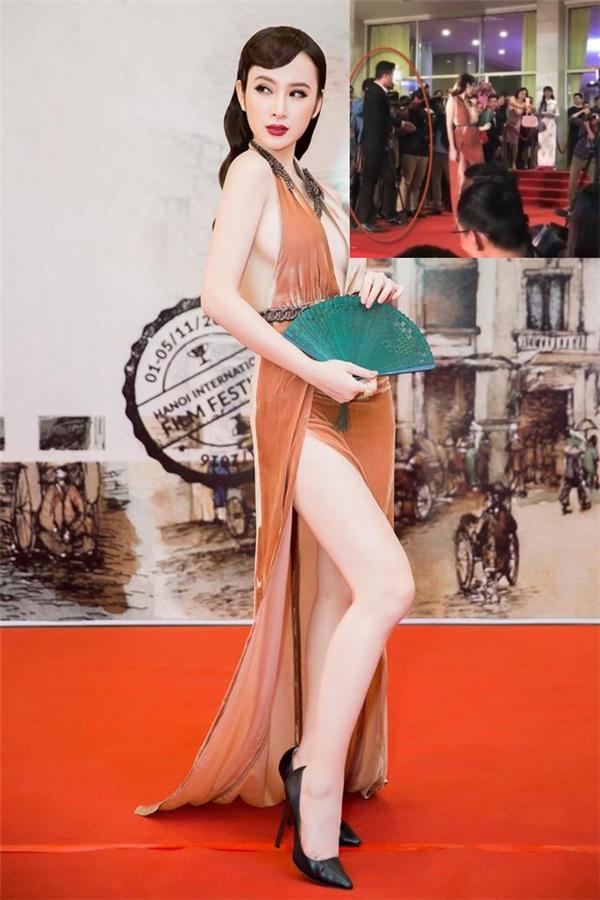 Cách kiễng chân hết mức của Phương Trinh có thể giúp cô nàng gây tò mò, chú ý và để lộ được đôi chân trắng nõn nà. Tuy nhiên, việc tạo dáng quá phức tạo này lại phù hợp với một chiếc váy đuôi cá hơn là thiết kế cần sự đơn giản này.