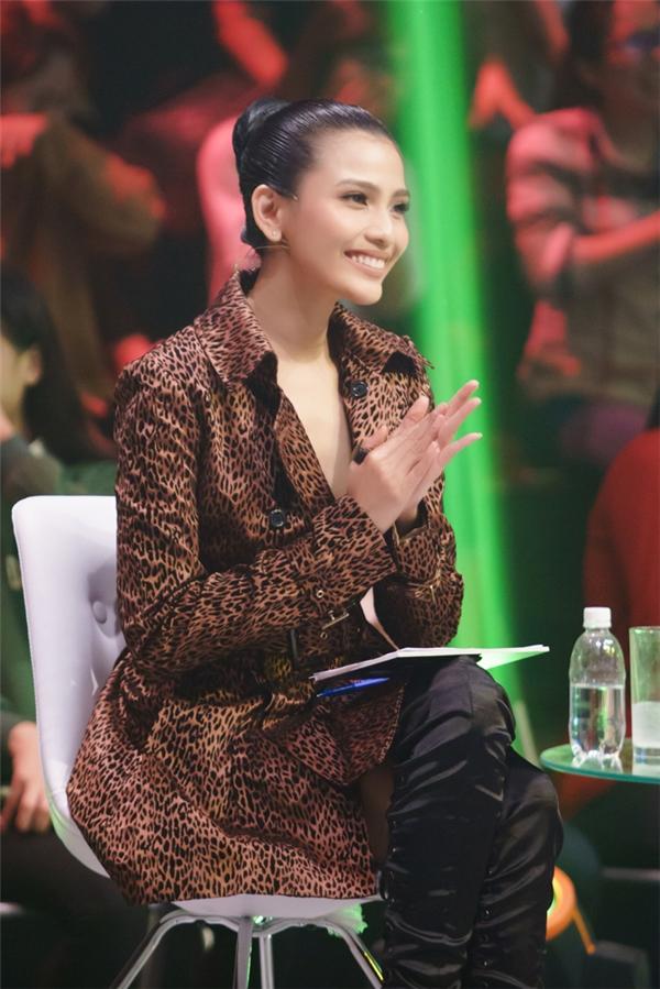 Ngồi ởhàng ghế giám khảo cùng Trương Thị May còn có diễn viên Mai Thu Huyền và người mẫu Khánh My. - Tin sao Viet - Tin tuc sao Viet - Scandal sao Viet - Tin tuc cua Sao - Tin cua Sao