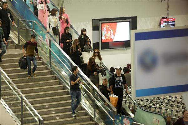 Đúng 14g, 6 cô gái xinh đẹp trong nhóm nhạc thần tượng T-ara xuất hiện.